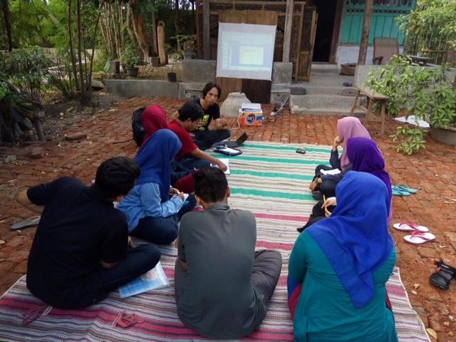 Eben Haezer sedang menyampaikan materi kerja jurnalistik ke mahasiswa LPM Retorika Unair di Sidoarjo