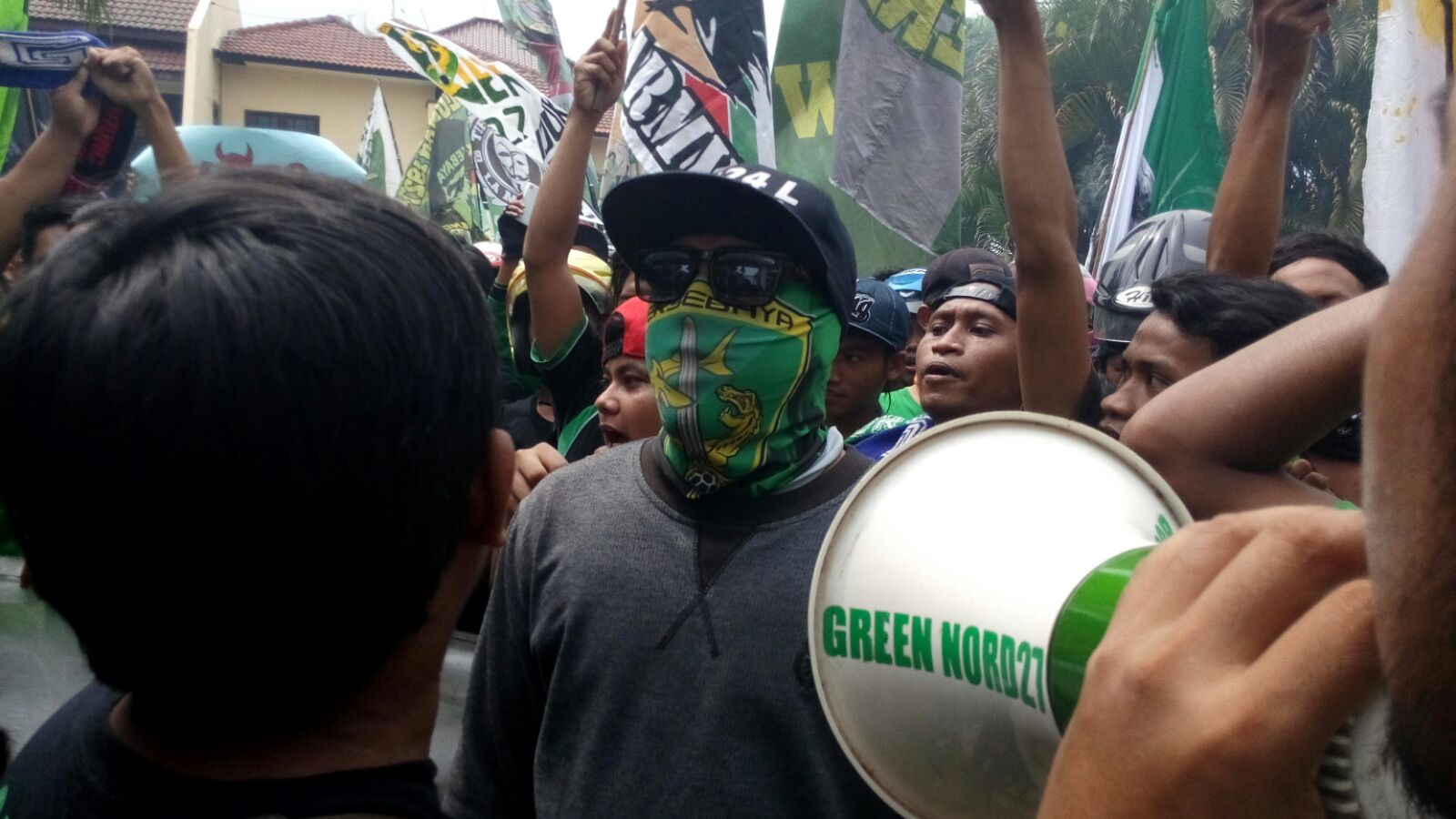 Demo Bonek kantor tvOne biro Jawa Timur (foto: Amir Tedjo)