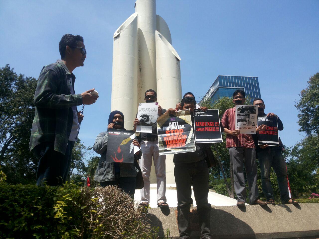 AJI Surabaya berujuk rasa di tugu Bambu Runcing mendesak anggota TNI AU yang menganiaya jurnalis dihukum