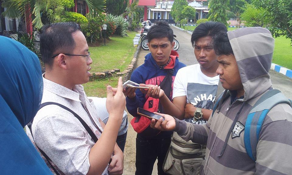 Kuasa hukum Ghinan Salman,Johanes Dipa Widjaja dari LBH Lentera saat diwawancarai oleh sejumlah wartawan Bangkalan.