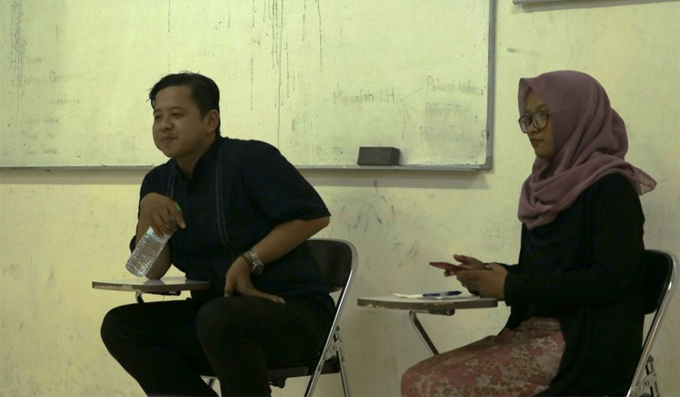Rangga Umbara (kiri) dari AJI Surabaya sebagai narasumber diskusi.