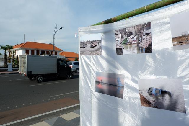 Foto-foto kerusakan alam Jawa Timur karena pertambangan juga disertakan dalam aksi.