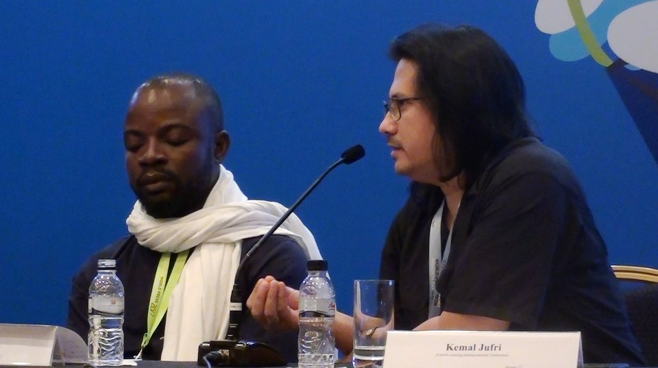 Kemal Jufri (kanan), foto jurnalis  dari Indonesia menyampaikan etika mengunggah foto di media sosial. Foto: Prasto Wardoyo