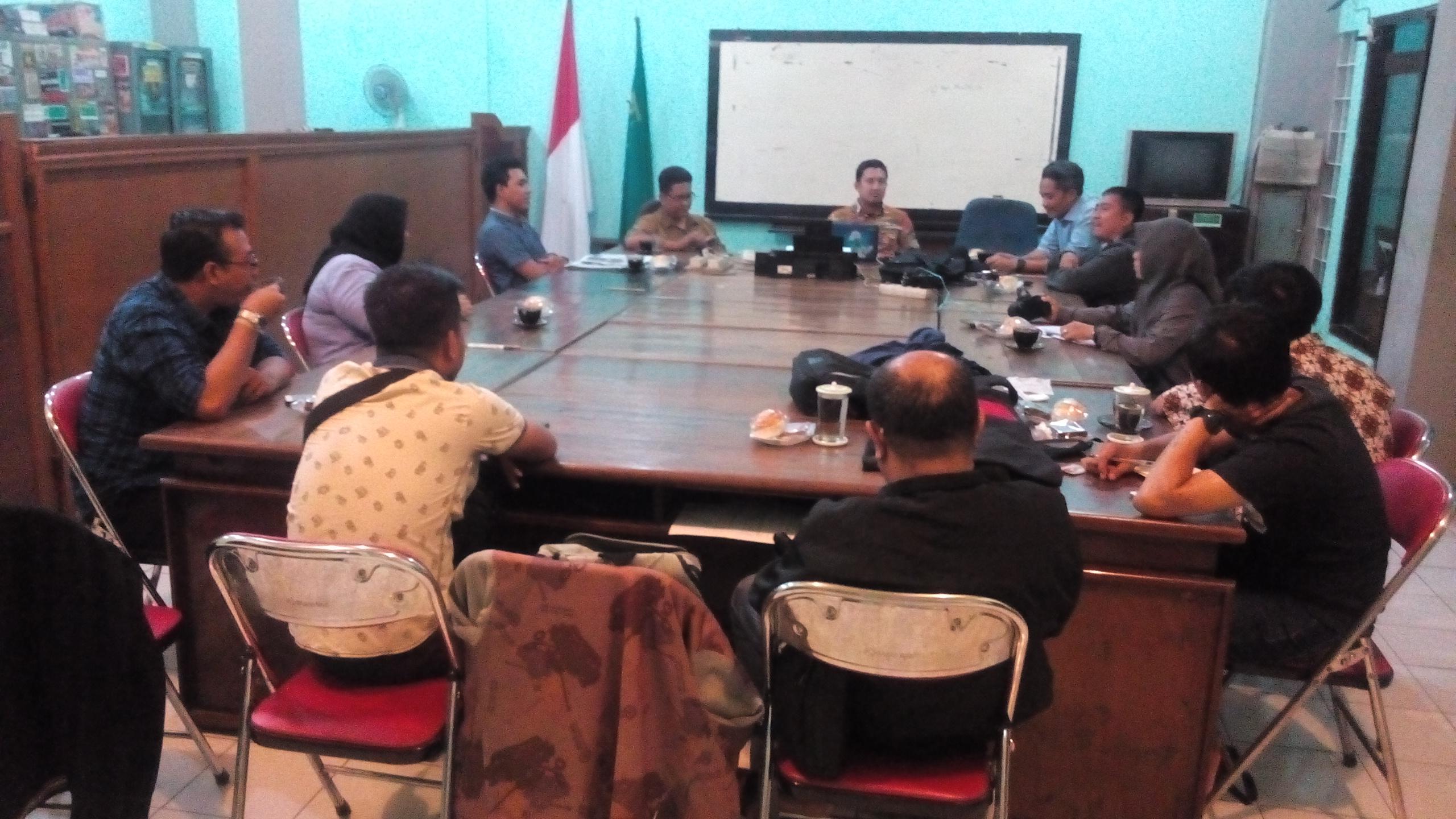 Diskusi bersama di kantor LBH Surabaya (foto: Andreas)