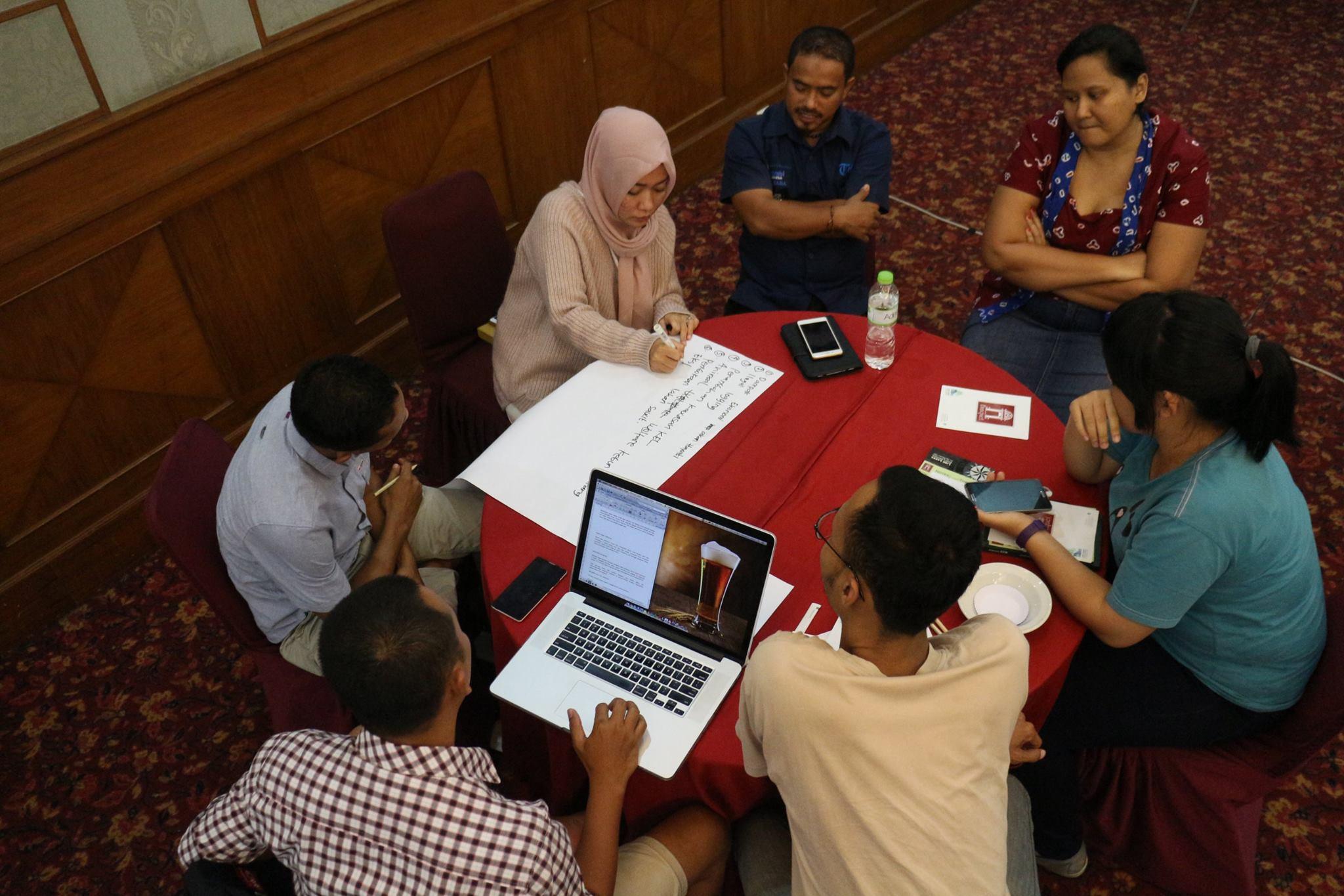 Para peserta menginventarisir topik-topik liputan yang akan dilbuat whishlist. (Foto: Aditya Heru - SIEJ)