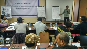 Suasana diskusi Majelis Etik AJI Kota. (foto: Insany Syahbarwaty)