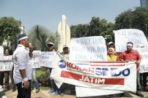 Para korban PHK Koran Sindo berunjuk rasa di monumen Bambu Runcing. (foto: Paguyuban Karyawan Sindo)
