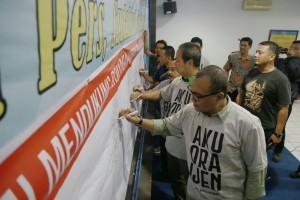 Para peserta diskusi membubuhkan tanda tangan sebagai bentuk dukungan pada perjuangan para karyawan Koran SINDO (foto: Akbar Insani)