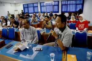 Bachrul Amiq saat menyampaikan kekesalannya pada HT dalam diskusi (foto: Akbar Insani)