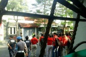 Puluhan polisi memblokade tempat tinggal para mahasiswa. (Foto: Front Persatuan Rakyat dan Mahasiswa Anti Militerisme)