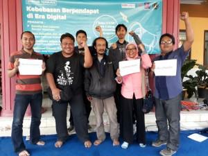 Para jurnalis memberi dukungan pada Dandhy berupa #KamiBersamaDandhy (Foto: AJI Malang)